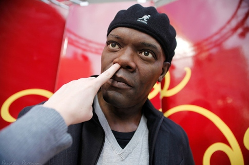 samuel-l-jackson-gets-his-nose-picked-7385-1289810063-10